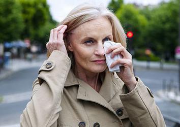 Слезятся глаза: основные причины и лечение